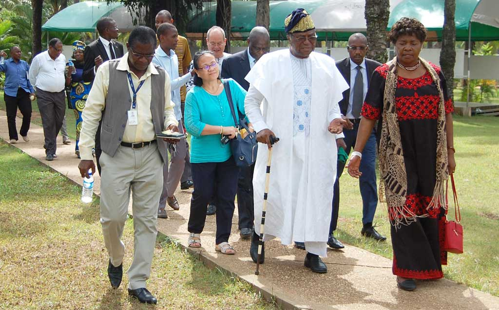 Picture of H.E Ex President Soglo touring the facilities at IITA Bénin, 25 years after his first visit in 1992.