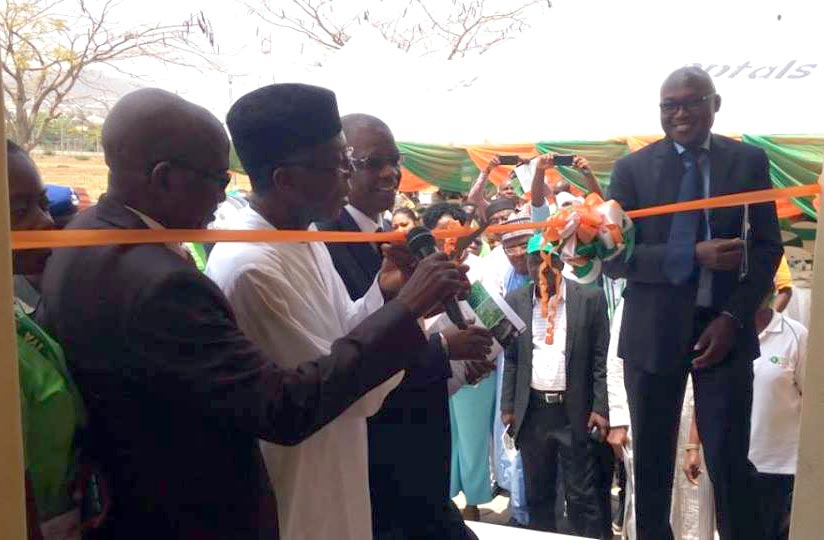 Picture of The Honourable Minister cutting the tape